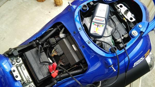 スズキのメガスポーツバイク隼のバッテリーを充電している様子