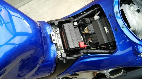 スズキのメガスポーツバイク隼のシート下にあるバッテリー