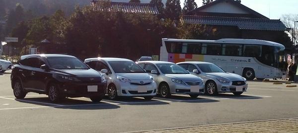 石川県の道の駅千枚田ポケットパークの駐車場に停まっている車