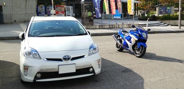 駐車場に停まっている車とバイク