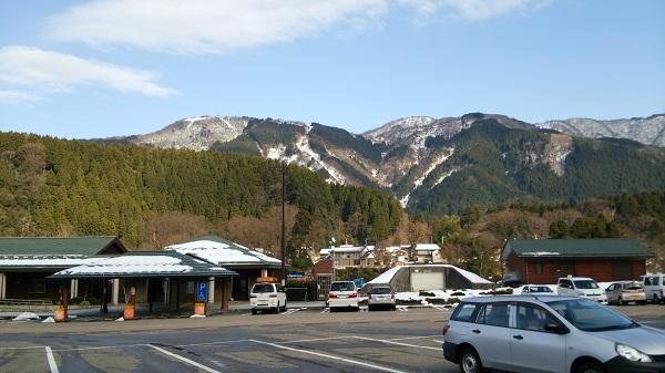 石川県能美市の道の駅しらやまさんの駐車場から見える白山の様子