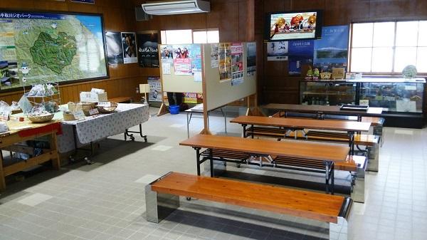 石川県能美市の道の駅しらやまさんの休憩棟の一階
