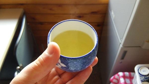 湯呑に入った緑茶