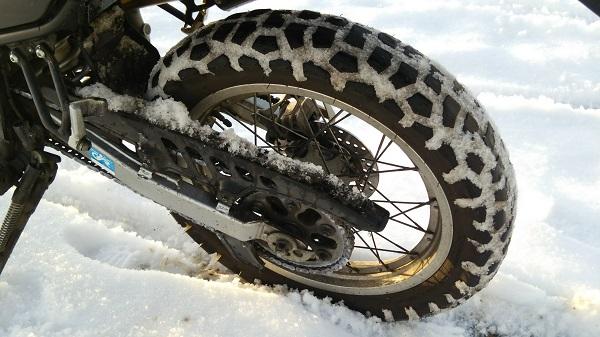 雪道を走った後のオフロードバイクのタイヤ