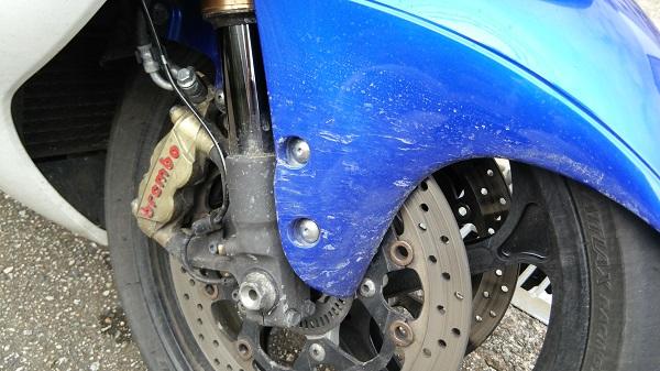 バイクの足回りに付着した融雪剤