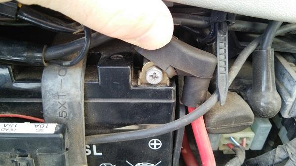 ヤマハのオフロードバイクのセロー250のバッテリーのプラス側の端子