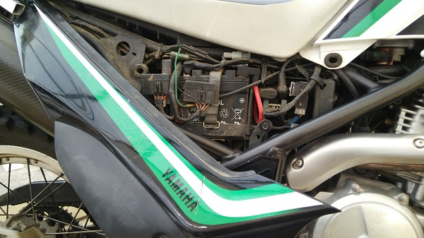 ヤマハのオフロードバイクのセロー250のカバーを外した様子