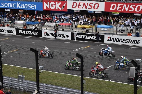 国際レーシングコースを走るバイク