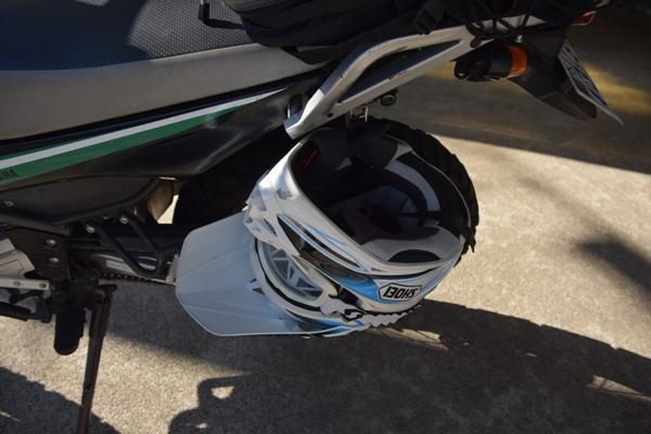 オフロードバイク ヤマハ セロー250 ヘルメットホルダーに引っ掛けられたヘルメット