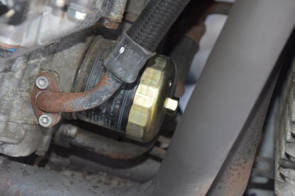 バイク エンジン オイルフィルターにオイルフィルターレンチを取り付けた様子