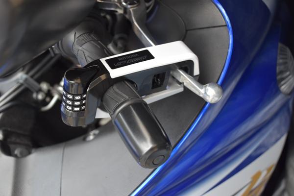 ミツバサンコーワ バイスガード・ダイヤルレバーロック BS-004 ホワイト レバーロックがバイクのグリップとブレーキレバーをロックしている様子