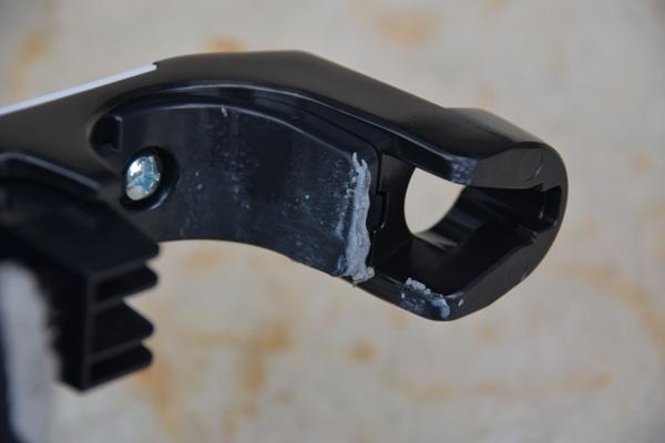 バイク用のレバーロックに劣化した樹脂が付着した様子