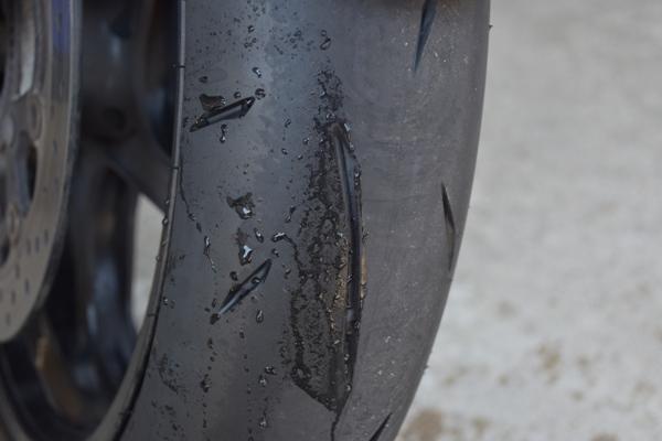 バイク タイヤ 水が弾かれている様子 撥水
