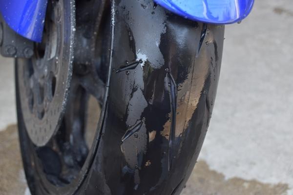バイク フロントタイヤ 水が掛かっているタイヤ 皮むき