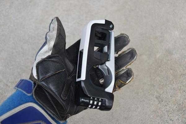 ミツバサンコーワ バイスガード・ダイヤルレバーロック BS-004 ホワイト レバーロックを手のひらに載せる様子