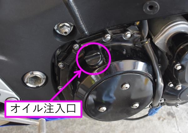 スズキのメガスポーツバイクの隼のエンジンのオイル注入口