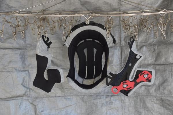 バイクのヘルメットの内装を洗って干して乾燥させている様子