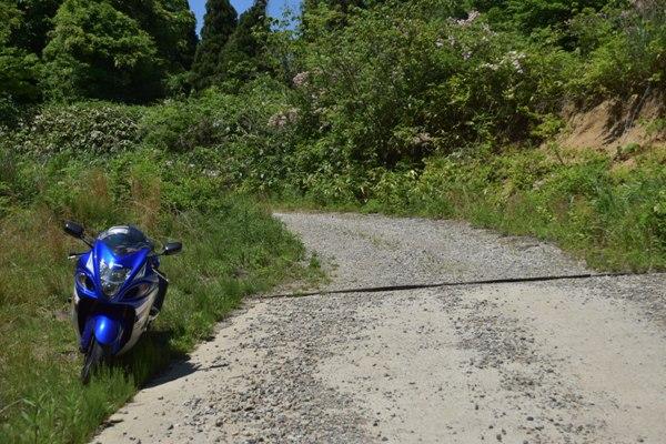山 砂利道 オフロードコース スズキ バイク メガスポーツ 隼 ブルー 停車しているバイク