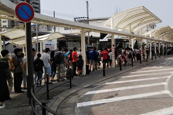 近鉄白子駅 バス停 鈴鹿8耐 バスを待つ人