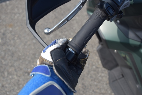 ホンダ バイク スクーター X-ADV 2019年式 マットアーマードグリーンメタリック ハンドガードの付け根に手を添える様子