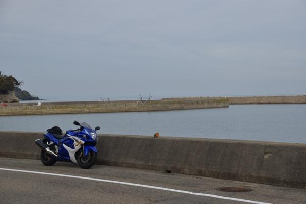 海沿いの道路 路肩に停まっているバイク 海