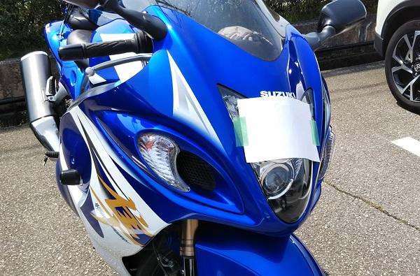 バイク ヘッドライトに紙を貼りつけた様子