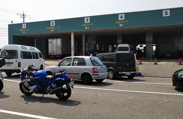 ユーザー車検 陸運局 検査場の前で並ぶ車とバイク