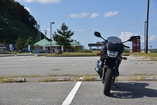 バイク ホンダ ネイキッド CB400 SUPERBOL'DOR ダークネスブラックメタリック 駐車場に停まっているバイク
