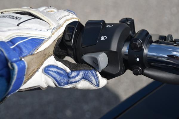バイク ホンダ ネイキッド CB400 SUPERBOL'DOR ダークネスブラックメタリック スイッチボックス スイッチに指を掛ける人