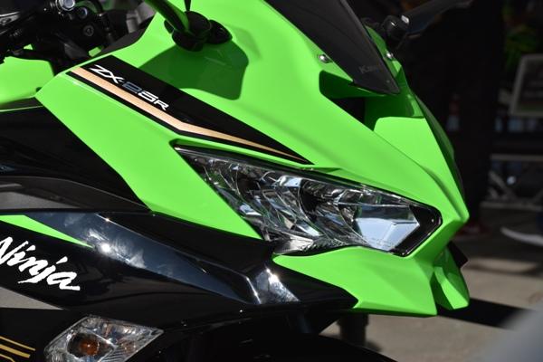 カワサキ バイク 250cc Ninja ZX-25R SE KRT edition アッパーカウル周り