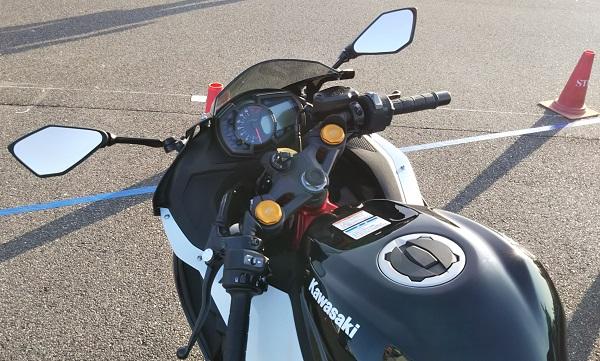 カワサキ バイク 250cc Ninja ZX-25R SE メタリックスパークブラック×パールフラットスターダストホワイト ハンドル周り