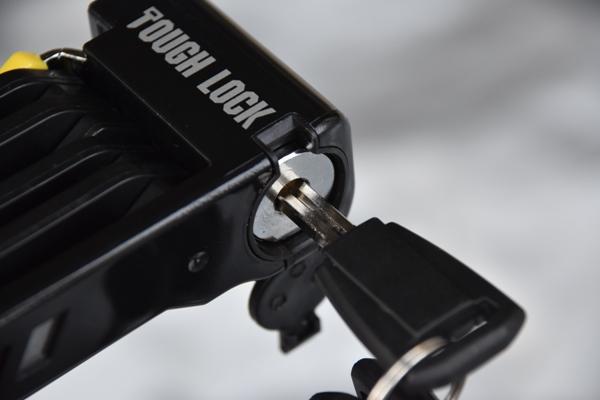 ワイズギア コンパクトロック YL-03 バイク 盗難防止 鍵穴にキーを差し込む様子