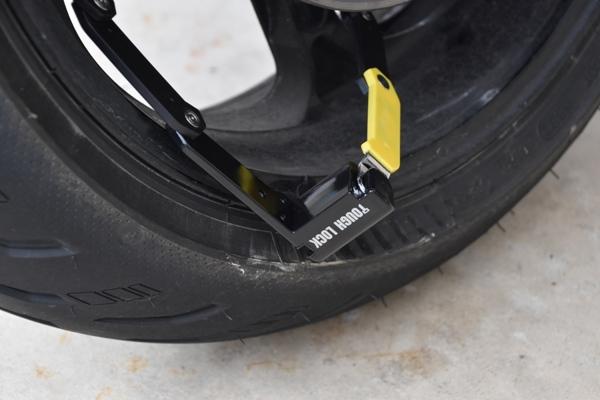 ワイズギア コンパクトロック YL-03 バイク 盗難防止 YL-03をバイクのホイールに巻き付けた様子
