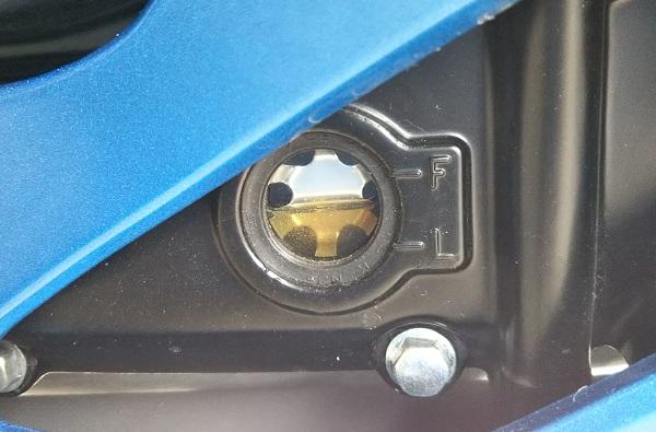スズキ バイク 原付二種 GSX-R125 エンジン オイル点検窓